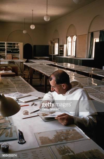 Moine étudiant des fragments des manuscrits de la mer Morte dans le sanctuaire du Livre de Jérusalem Israël Abbé Jean Starcky
