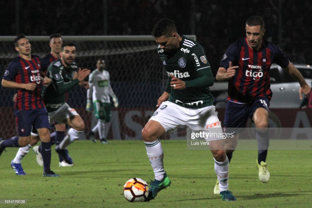 Moises Lima of Palmeiras and Marcelo Palau of Cerro Porteño (L) fight for the ball during a round of sixteen match between Cerro Porteno and Palmeiras as part of Copa CONMEBOL Libertadores 2018 at General Pablo Rojas Stadium on August 9, 2018 in Asuncion, Paraguay.