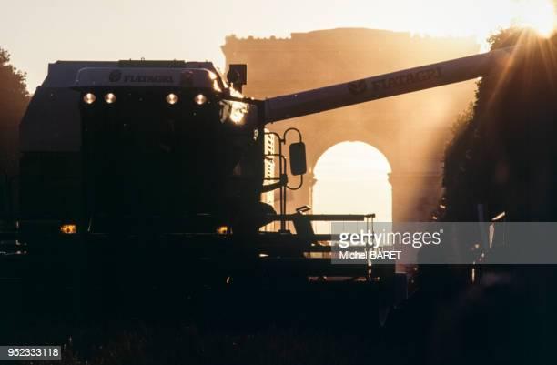 Moissoneusebatteuse pendant la Grande Moisson sur les ChampsElysées à Paris en juin 1990 France