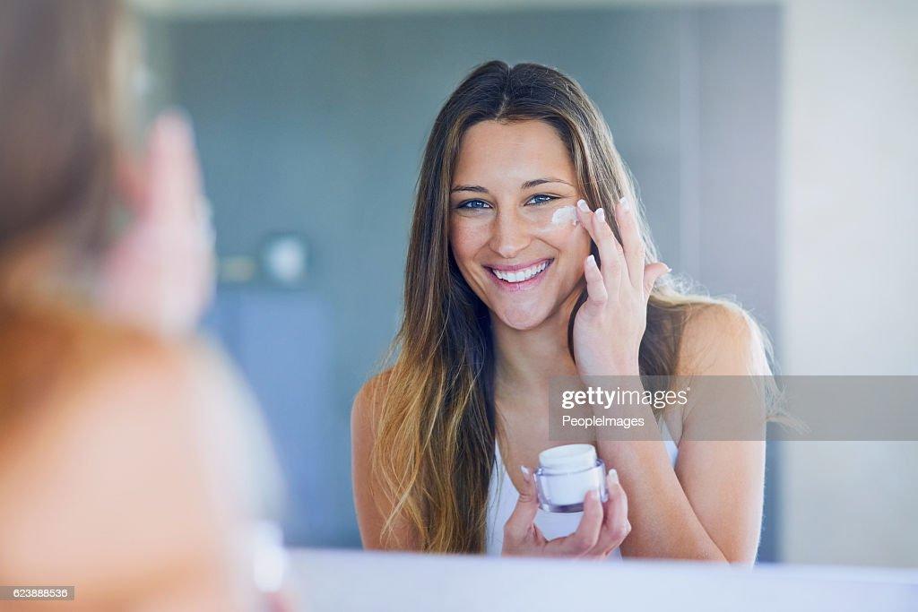 I moisturize daily for soft, smooth skin : Foto de stock