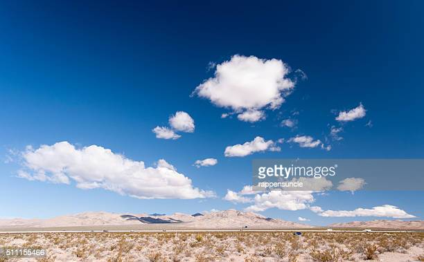mojave desert cloudscape - カリフォルニア州ベーカー ストックフォトと画像