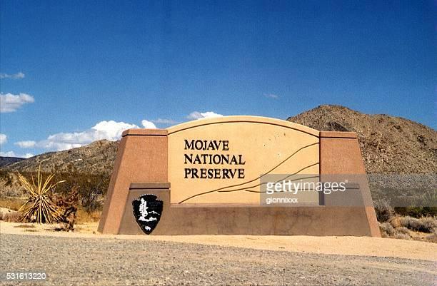 モハービ国立自然保護区入口標識、カリフォルニア州 - カリフォルニア州ベーカー ストックフォトと画像