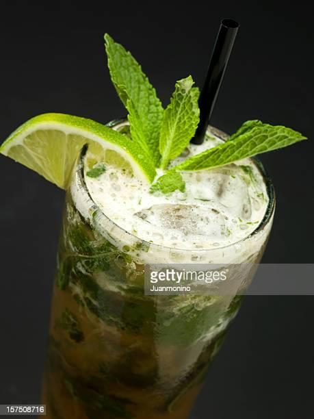 Mojito boissons avec du citron vert, menthe et à la canne à sucre