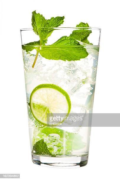 Mojito Cocktail isoliert auf weißem Hintergrund