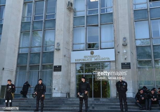 Moldovan police forces stand guard at the government headquarters in Chisinau city on June 10, 2019. - Moldova's acting president Pavel Filip on June...