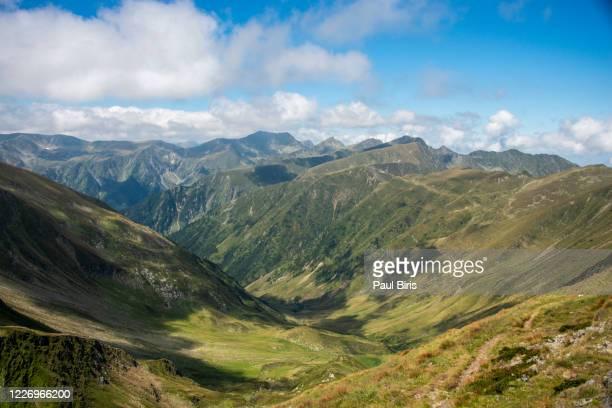 moldoveanu peak seen from dara peak in fagaras mountains, romania - rumänien bildbanksfoton och bilder