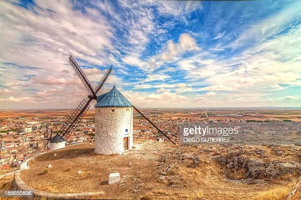 molinos de viento - castilla la mancha fotografías e imágenes de stock