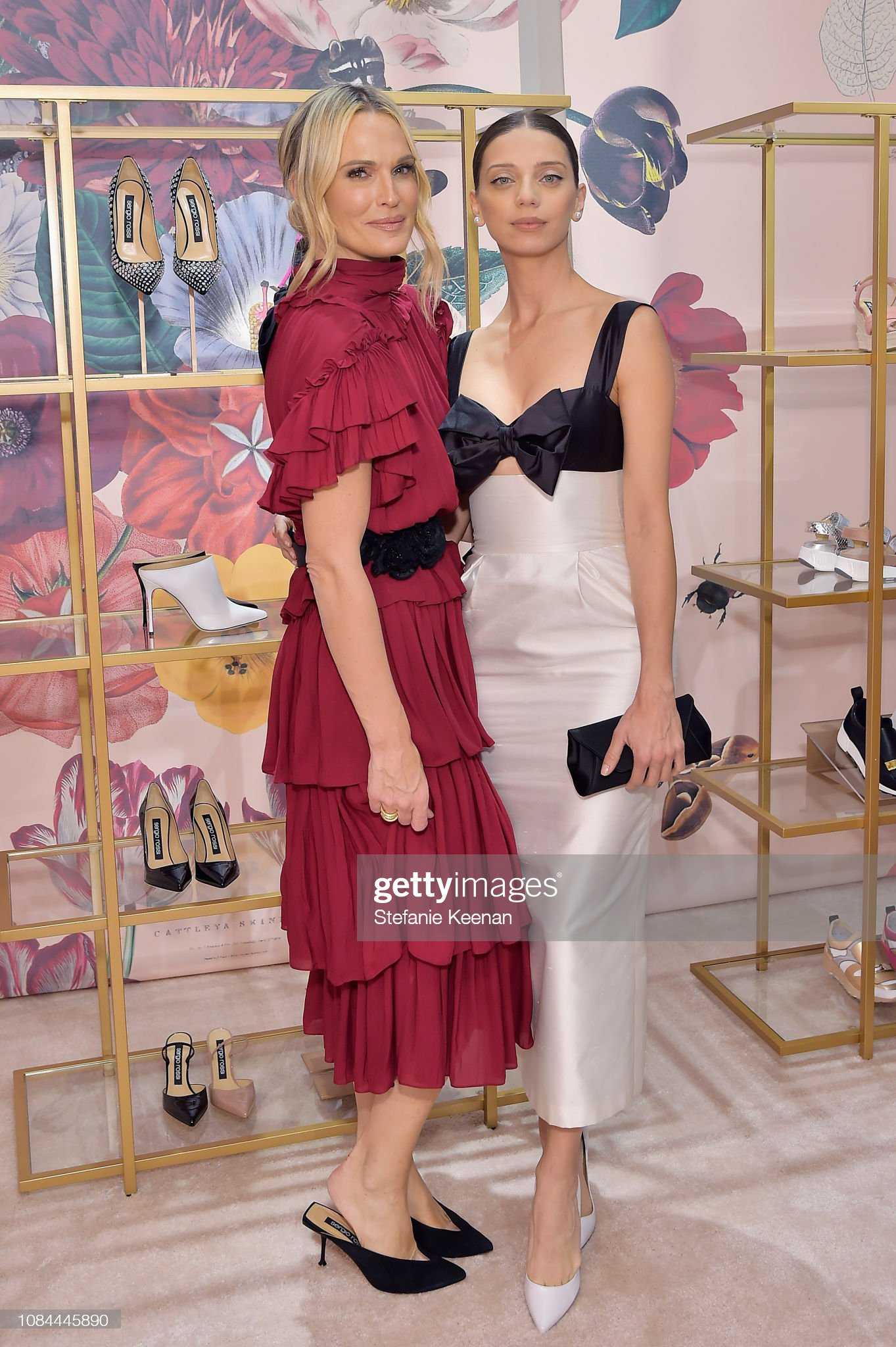 ¿Cuánto mide Angela Sarafyan? - Real height Molly-sims-and-angela-sarafyan-attend-sergio-rossi-elizabeth-stewart-picture-id1084445890?s=2048x2048