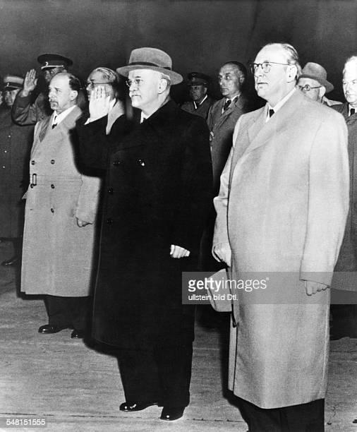 Molotow, Wjatscheslaw M. *09.03.1890-+ Politiker, UdSSR 1930-41 Vorsitzender des Rates der Volkskommissare 1939-49 und 1953-56 Aussenminister - als...