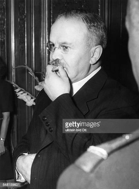 Molotow, Wjatscheslaw M. *09.03.1890-+ Politiker, UdSSR 1930-41 Vorsitzender des Rates der Volkskommissare 1939-49 und 1953-56 Aussenminister - auf...