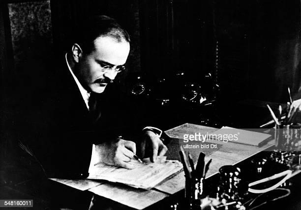 Molotow, Wjatscheslaw M. *09.03.1890-+ Politiker, UdSSR 1930-41 Vorsitzender des Rates der Volkskommissare 1939-49 und 1953-56 Aussenminister -...