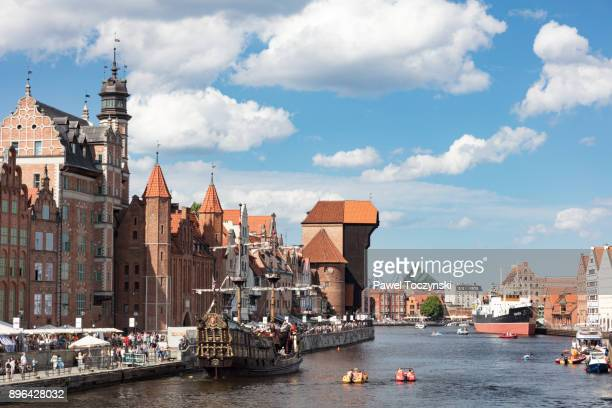 moltawa river flowing through gdansk's old town with old ship crane 'zuraw', poland - gdansk stock pictures, royalty-free photos & images