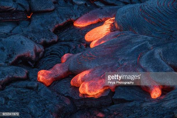 molten lava surface flow at big island - vulkan stock-fotos und bilder