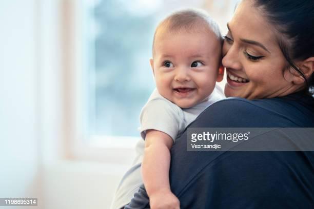 mãe e bebê em casa - mother - fotografias e filmes do acervo