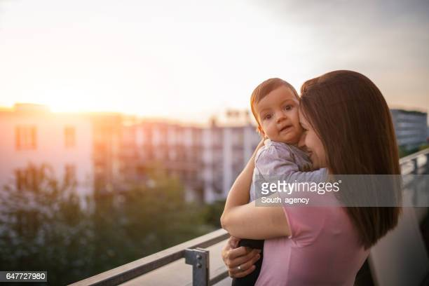 Mutter und Kind auf Terrasse