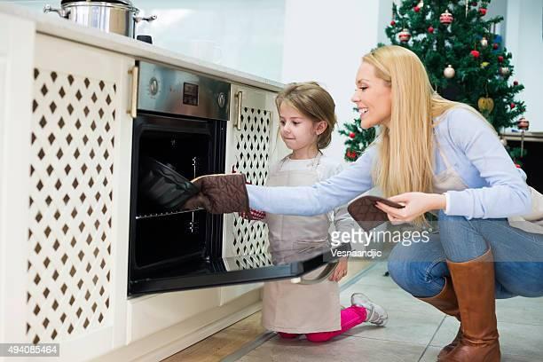 Mutter und Tochter vorbereiten Kuchen für Weihnachten-Kugelhupf