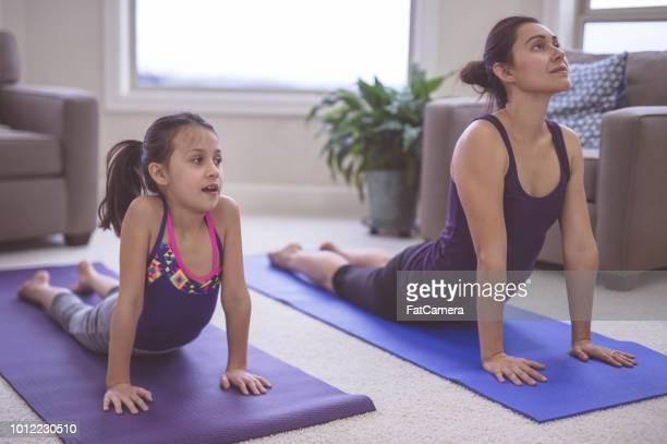 Maman et sa fille font du yoga ensemble