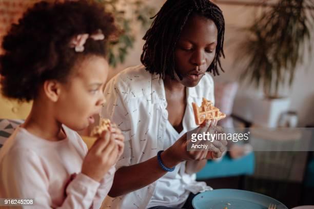 ママと娘のワッフルを食べて - interracial cartoon ストックフォトと画像