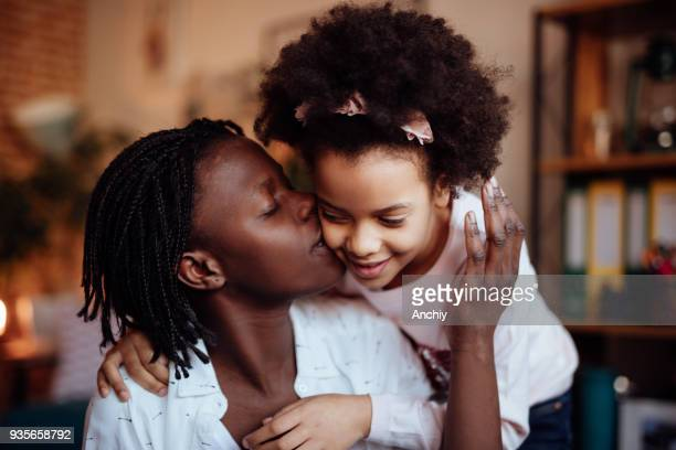母と娘、抱き合ったりキスしたり