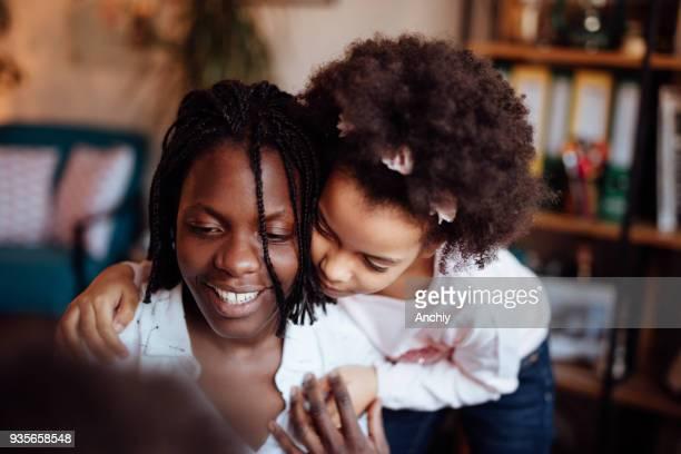 ママと娘を抱いて、笑顔