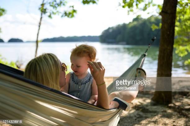 mom and daughter in hammock - georgia stati uniti meridionali foto e immagini stock