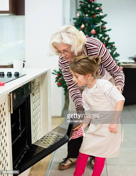 Mutter und grandaughter vorbereiten Kuchen für Weihnachten-Kugelhupf