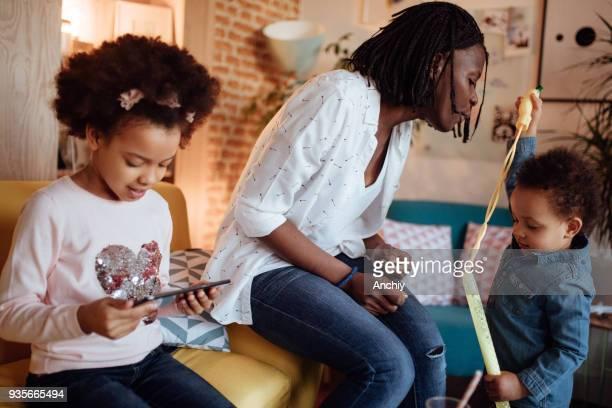 ママとデジタル タブレットでゲームを遊ぶ子供たち