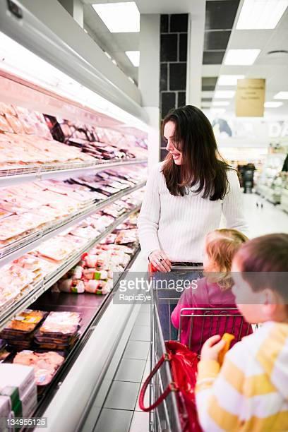 Mutter und Kinder einkaufen