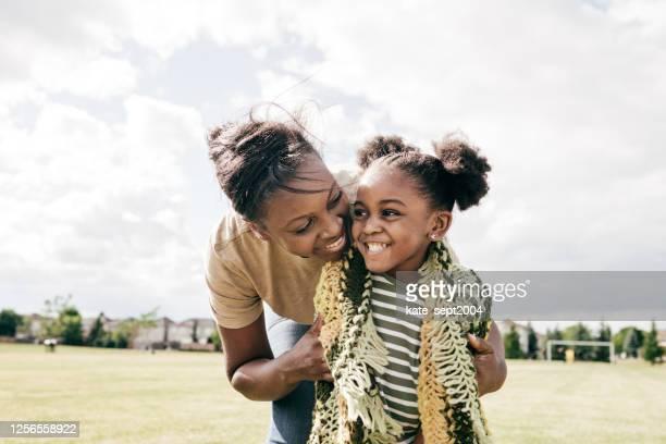 mamma en weinig dochter openlucht - één ouder stockfoto's en -beelden