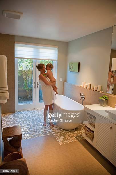 mom and small naked son about tho bathe - chico desnudo cuerpo entero fotografías e imágenes de stock