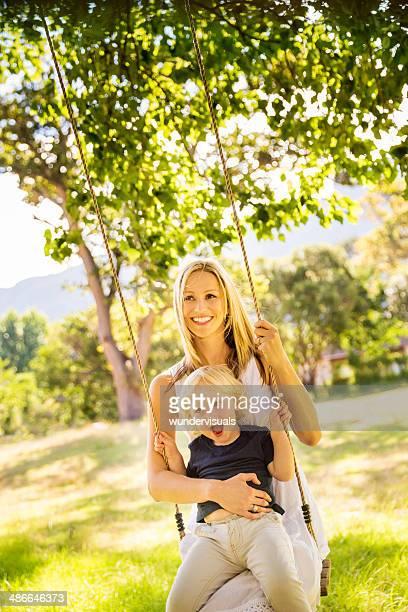 Mutter und Sohn auf Schaukel im park