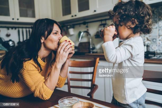 お母さんと息子、台所で遊んで - 温かいお茶 ストックフォトと画像
