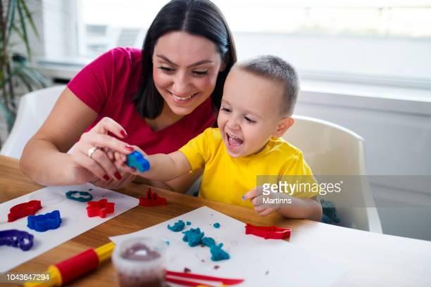 mãe e filho com massa de argila - bebês meninos - fotografias e filmes do acervo