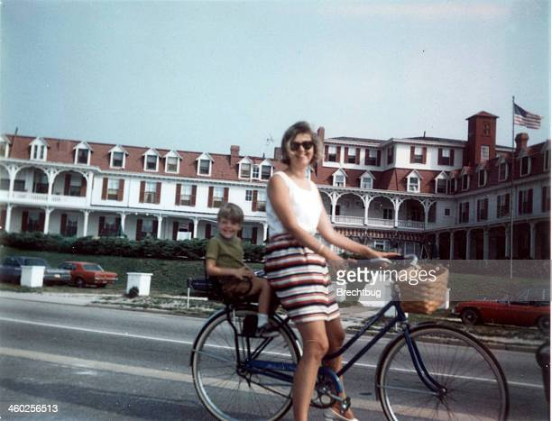 mom bike cape may 02 - cape may stock pictures, royalty-free photos & images