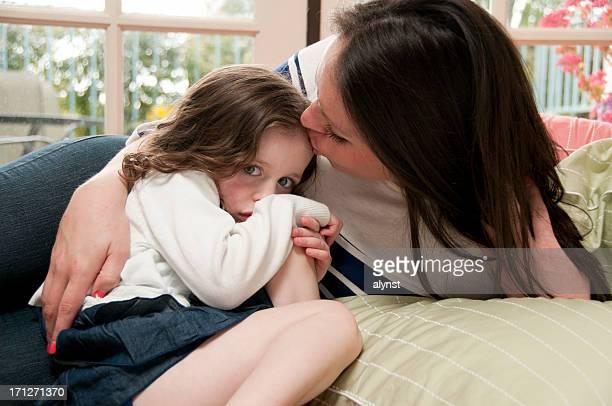 Mère réconfortant de sa petite fille de cinq ans