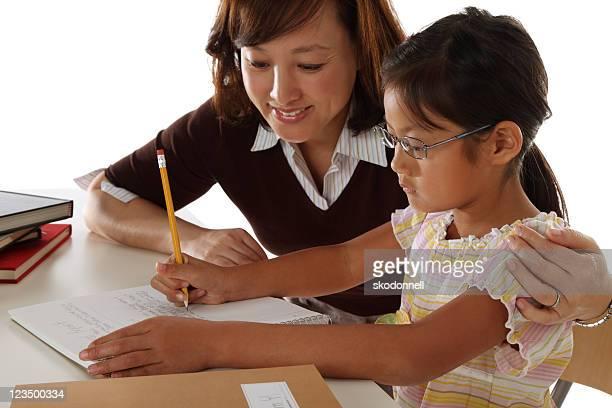 Mère aider sa fille à faire ses devoirs