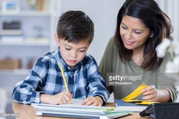 Maman aide les fils avec les devoirs de maths