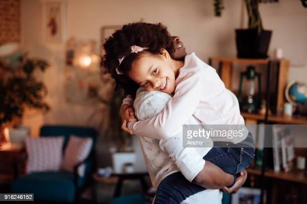 モメンタル沿う彼女の娘 - interracial cartoon ストックフォトと画像