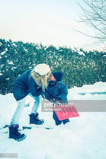 """mãe beijando o filho ao ar livre, no inverno. - """"martine doucet"""" or martinedoucet - fotografias e filmes do acervo"""