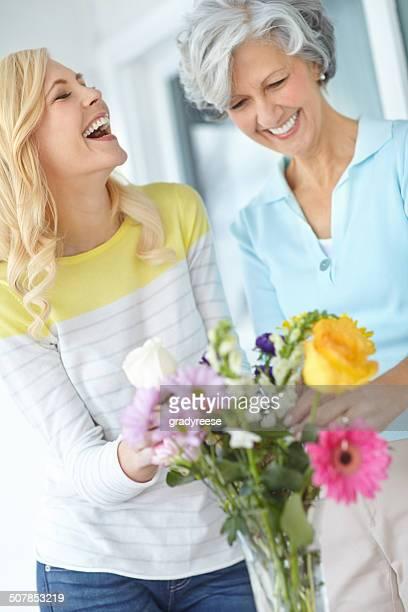 mutter weiß genau, wie sie lachen, - muttertag blumen stock-fotos und bilder