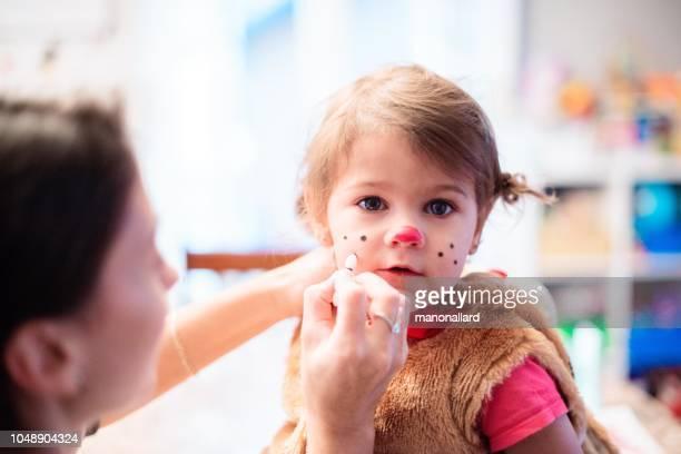 mom making up her cute little girl for halloween - sugar baby imagens e fotografias de stock