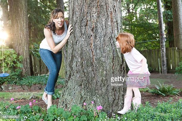 Madre juega escondite con hija