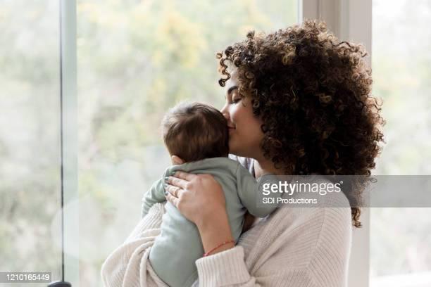 mamãe passa tempo com o bebê. - mother - fotografias e filmes do acervo