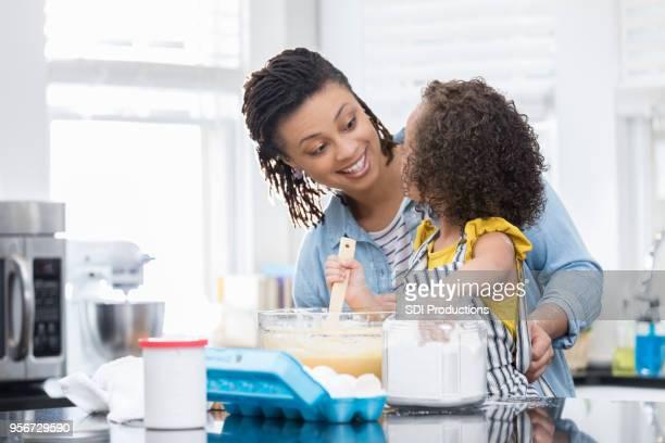 mãe ensina filha como assar um bolo - fazer um bolo - fotografias e filmes do acervo