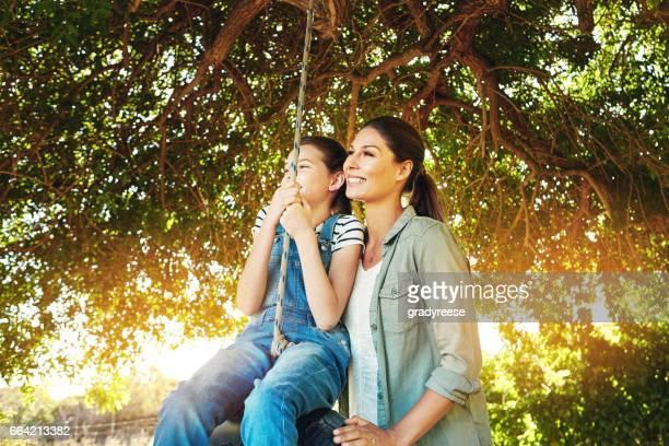 Mama wird sichergestellt, dass ihre Tochter für ihr Leben Träume Schaukeln