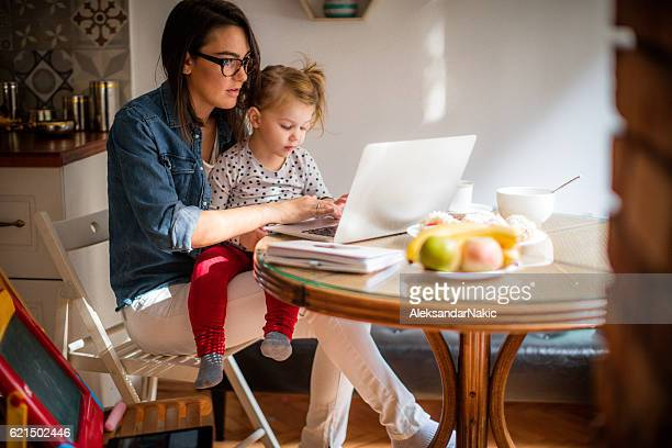 mom working from home - één ouder stockfoto's en -beelden