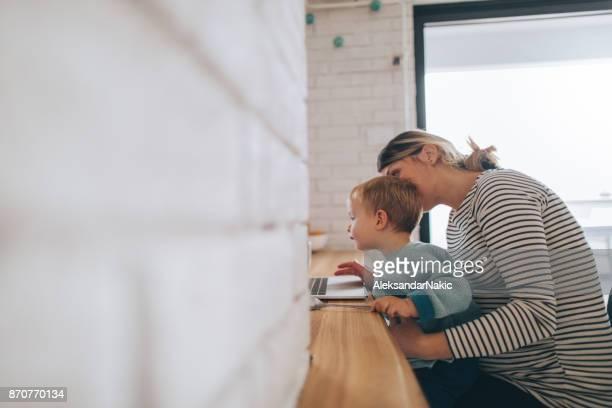 moeder werken vanuit huis - werk privé balans stockfoto's en -beelden