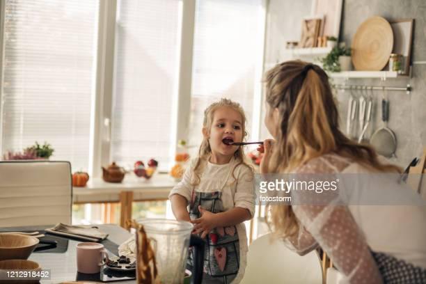 moment van waar voor een johannesbroodpap geproefd door een kleine chef-kok - stampen voedselbereiding stockfoto's en -beelden