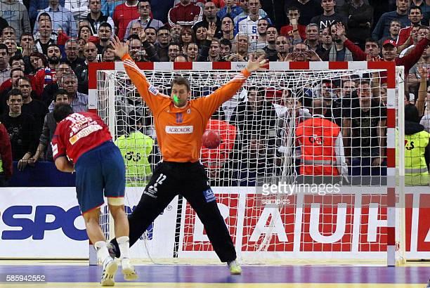 Momir ILIC wirft Siebenmeter gegen Venio LOSERT der mit einem Laser irritiert wird Handball Männer Europameisterschaft 2012 Halbfinale : Serbien -...