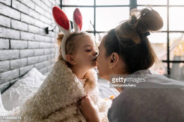 イースターの日にママと私 - happy easter mom ストックフォトと画像